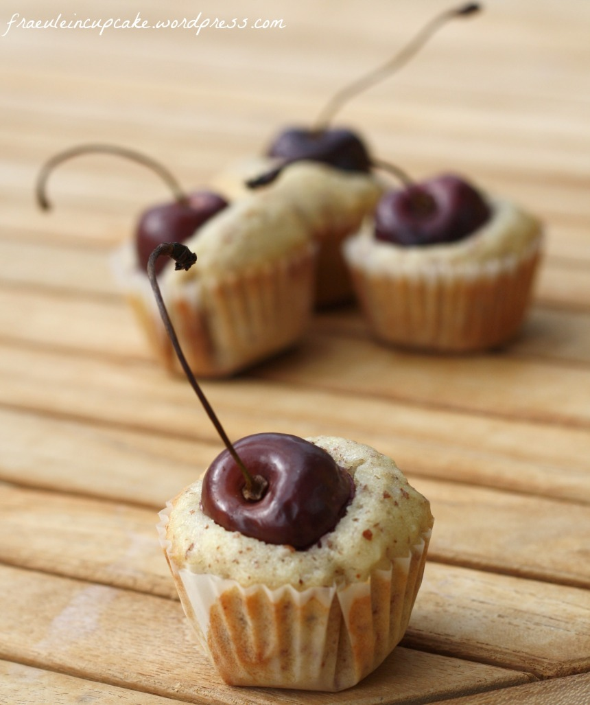 Mini Kirsch Mandel Cupcakes