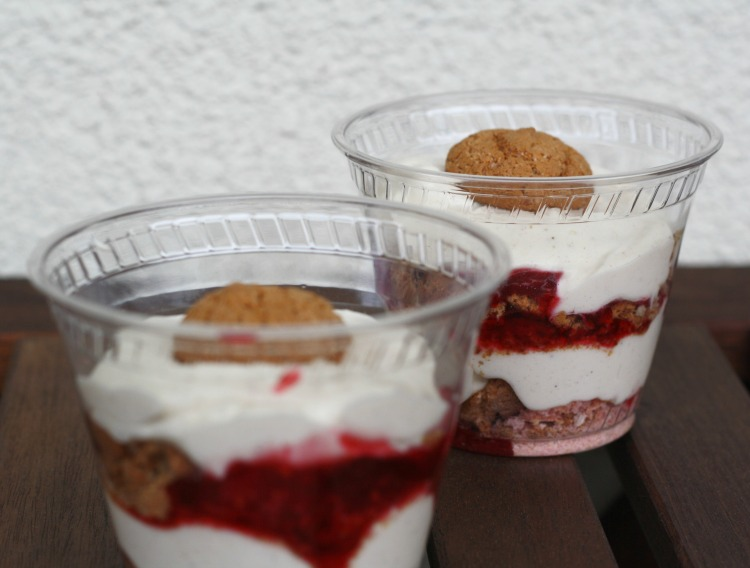 cheesecake to go mit Himbeeren und Biskotten