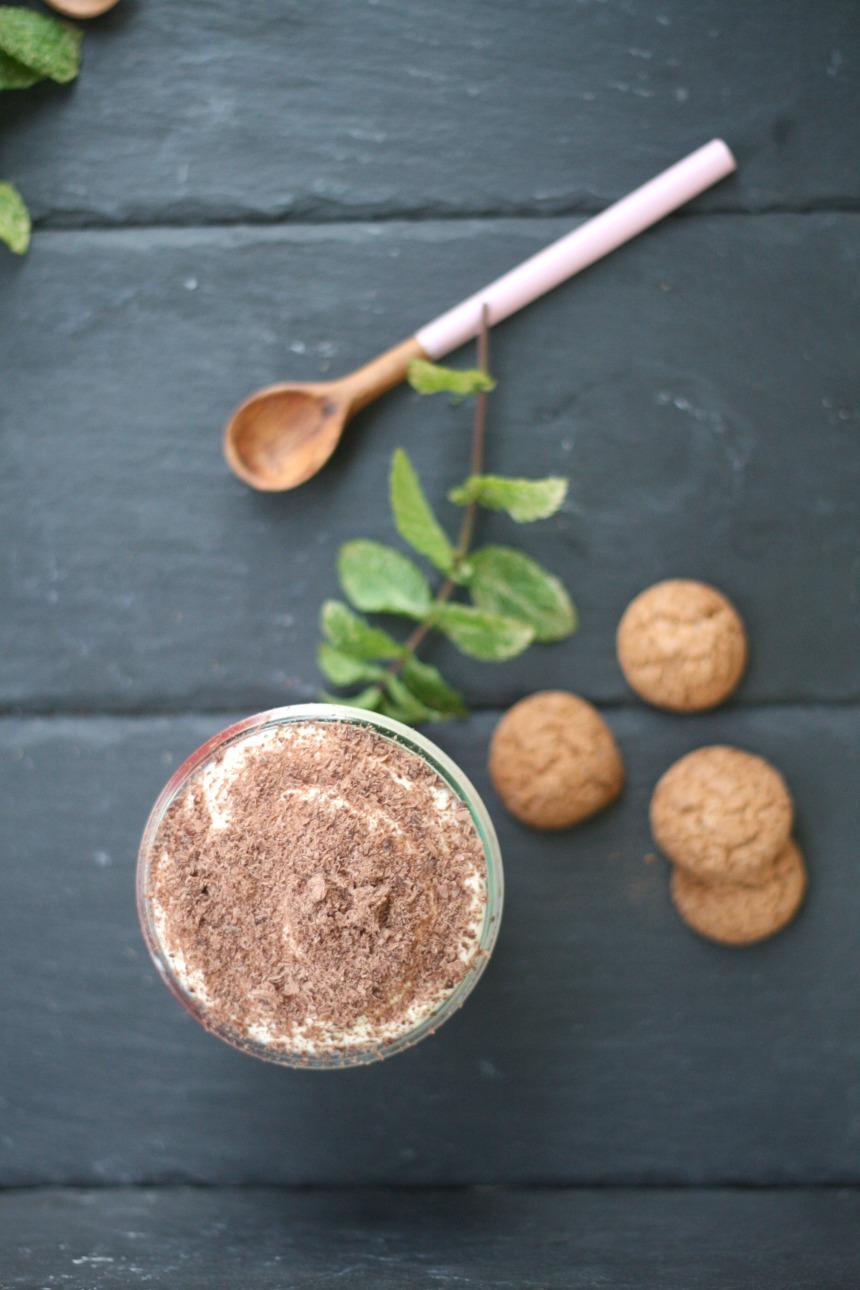 Vanille-Joghurt-Mousse mit Früchten und Keksstückchen