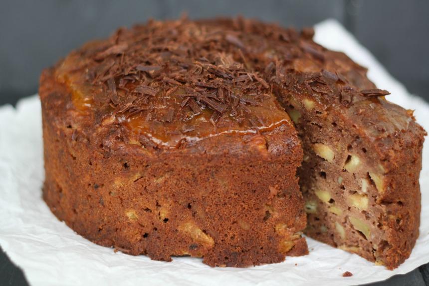 Schokoladenkuchen mit in Rum eingelegten Äpfeln und Walnüssen