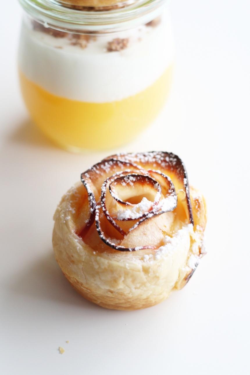 Apfelsaftpudding mit Joghurt und Blätterteig-Apfel-Rosen