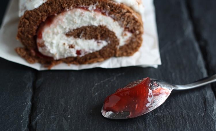 Schoko-Biskuitroulade mit Topfen-Himbeer-Füllung