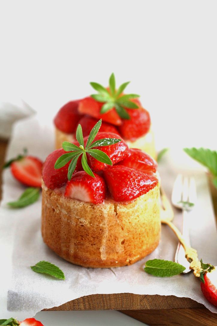 Obsttorte mit Pudding und Erdbeeren