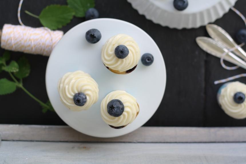 Heidelbeer Zitronen Mini Cupcakes mit Vanille Frischkäse Frosting