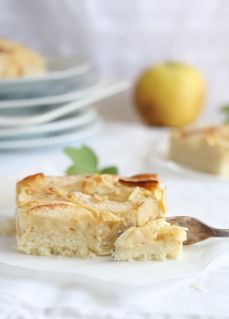Apfelfleck oder Apfel Blechkuchen mit Sauerrahm-Apfelmus-Guss