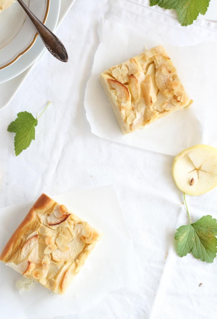 Apfel Blechkuchen mit Sauerrahm-Apfelmus-Guss