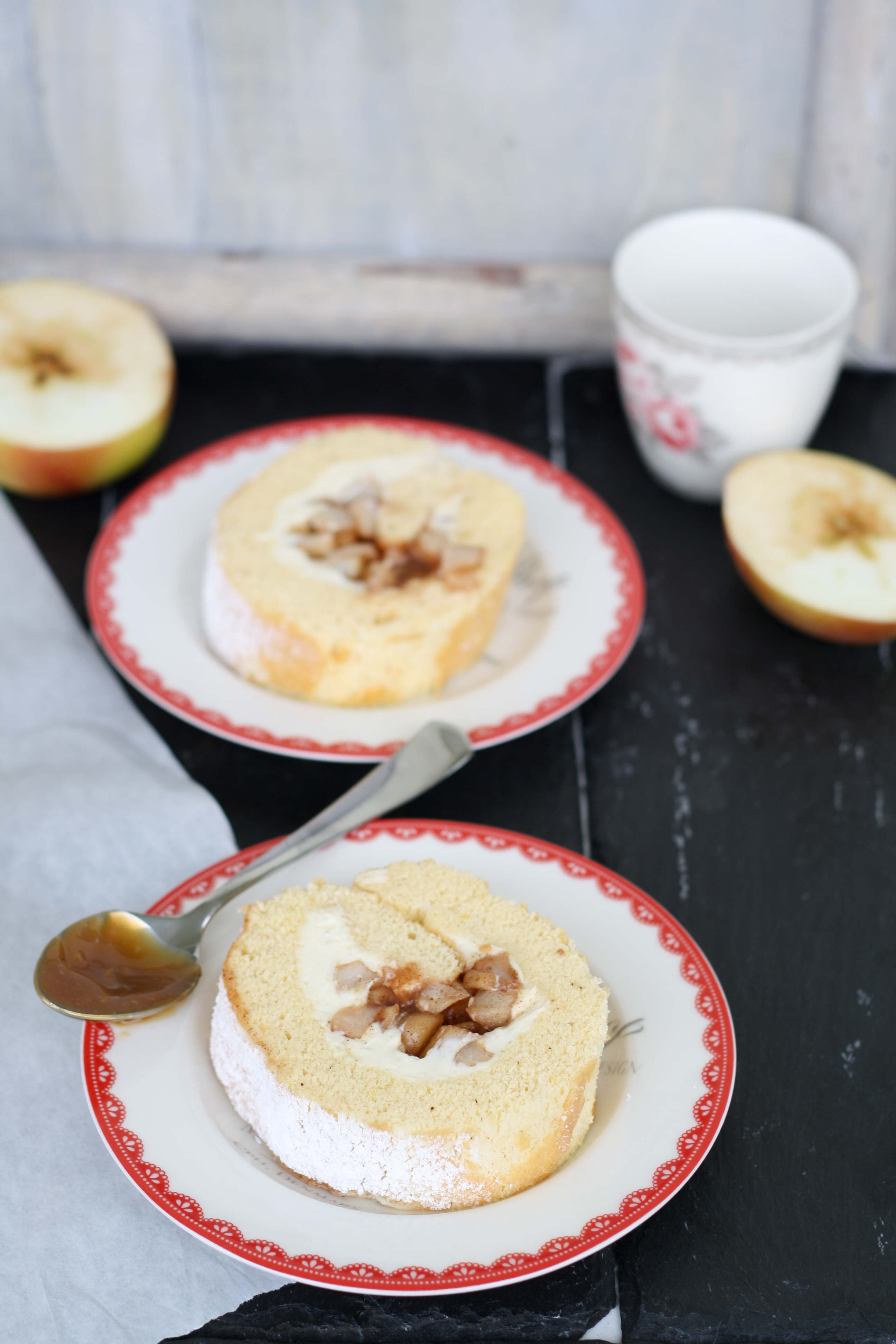 Biskuitroulade gefüllt mit Mascarponecreme und karamellisierten Zimt-Äpfeln