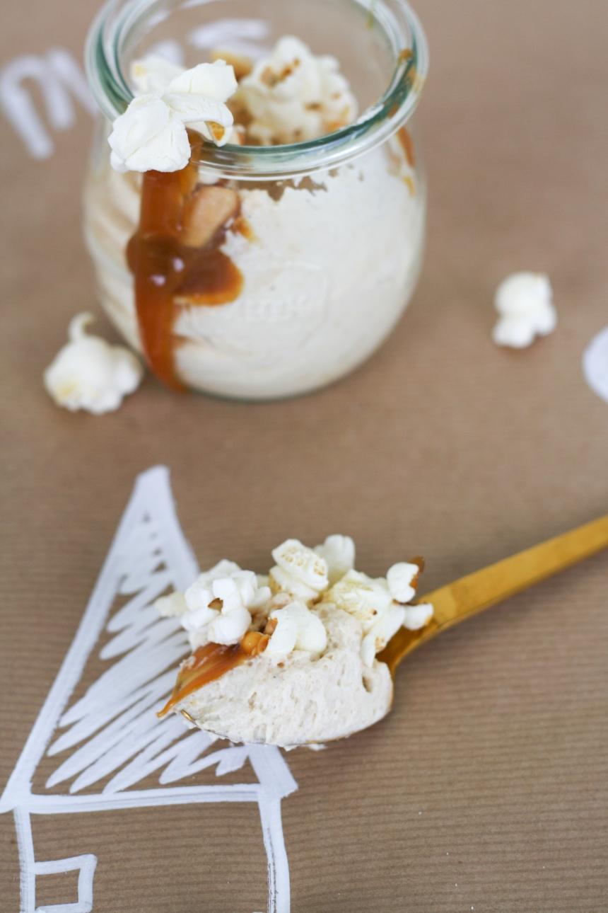 Erdnussbutter Cheesecake Mousse mit Schokokeksen, Karamell und Popcorn