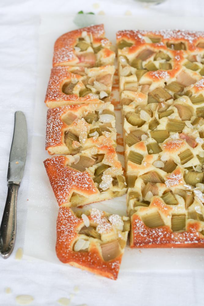 Rhabarber-Blechkuchen mit Topfen