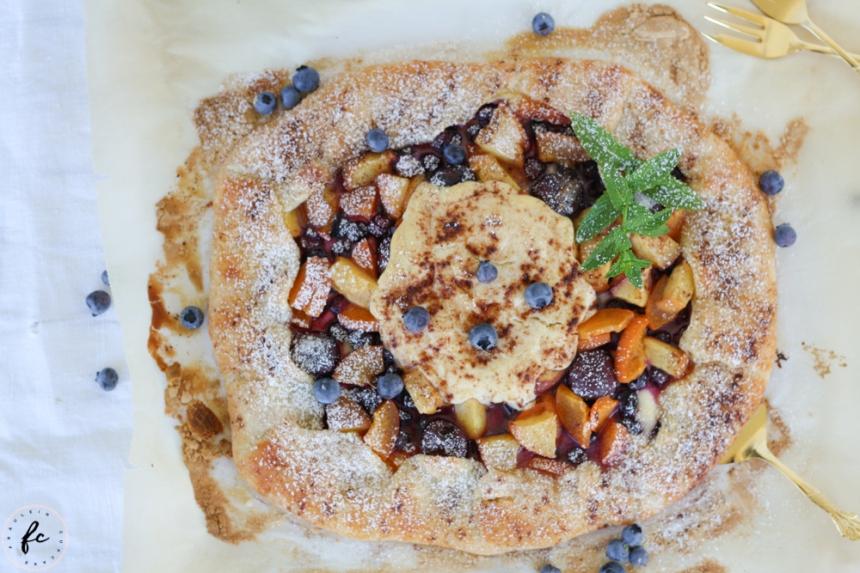 Crostata mit Ricotta, Steinobst und Heidelbeeren