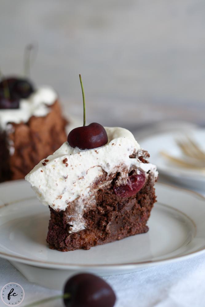 Olivenölkuchen mit Schokolade, Schlagobers und Kirschen-14