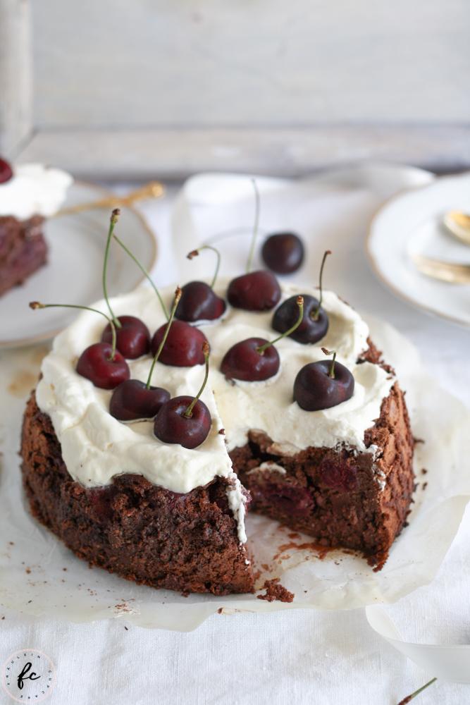 Olivenölkuchen mit Schokolade, Schlagobers und Kirschen-17