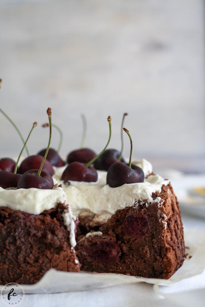 Olivenölkuchen mit Schokolade, Schlagobers und Kirschen-19