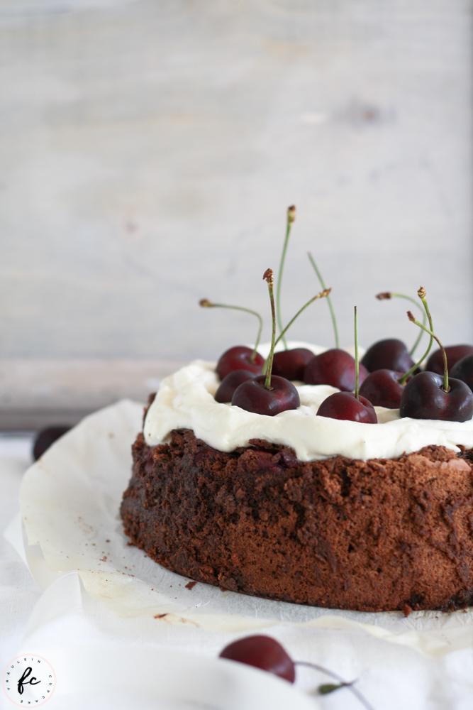 Olivenölkuchen mit Schokolade, Schlagobers und Kirschen-2