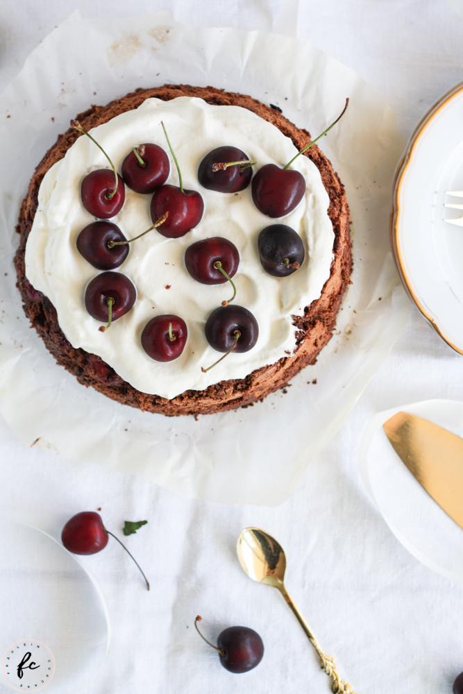 Olivenölkuchen mit Schokolade, Schlagobers und Kirschen-6