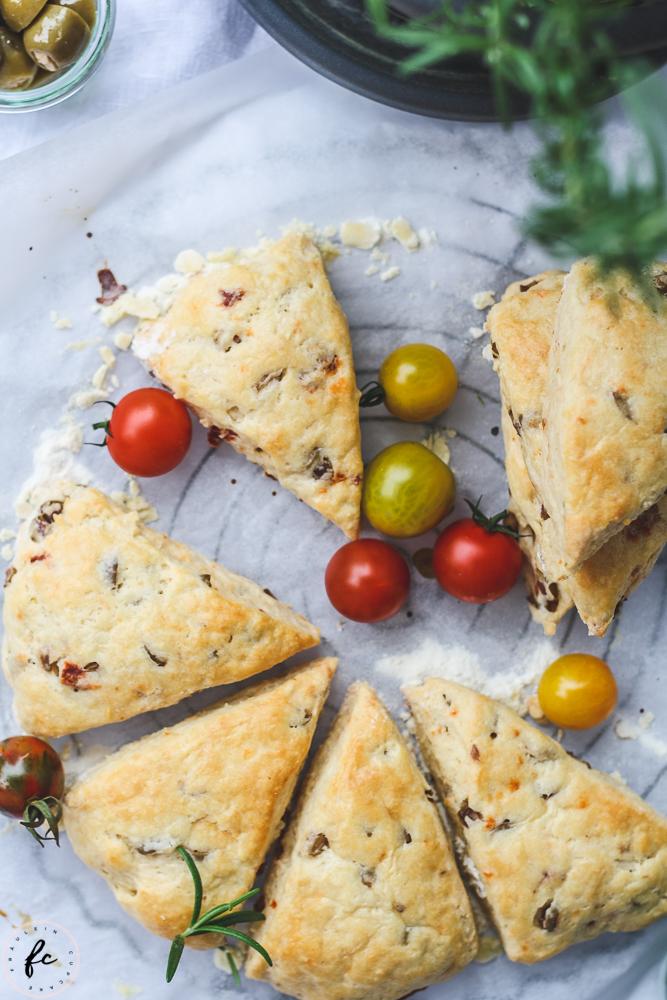 Scones mit Oliven und getrockneten Tomaten-14
