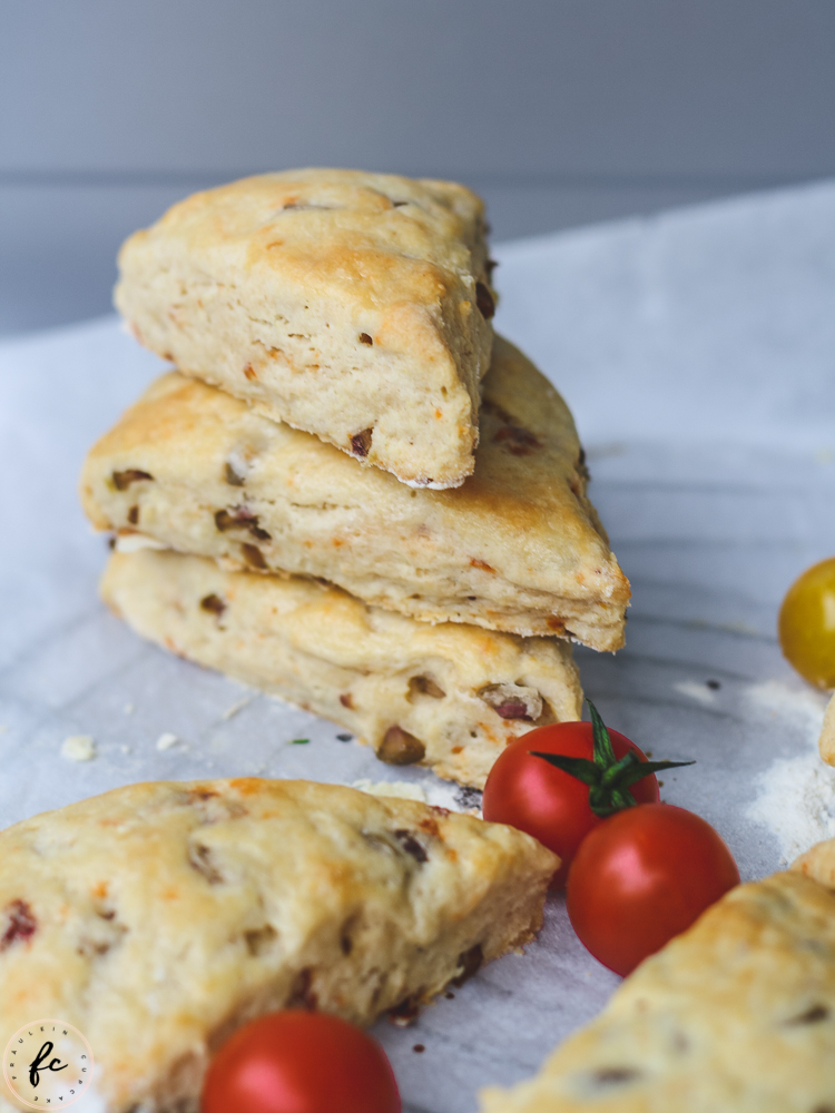Scones mit Oliven und getrockneten Tomaten-16
