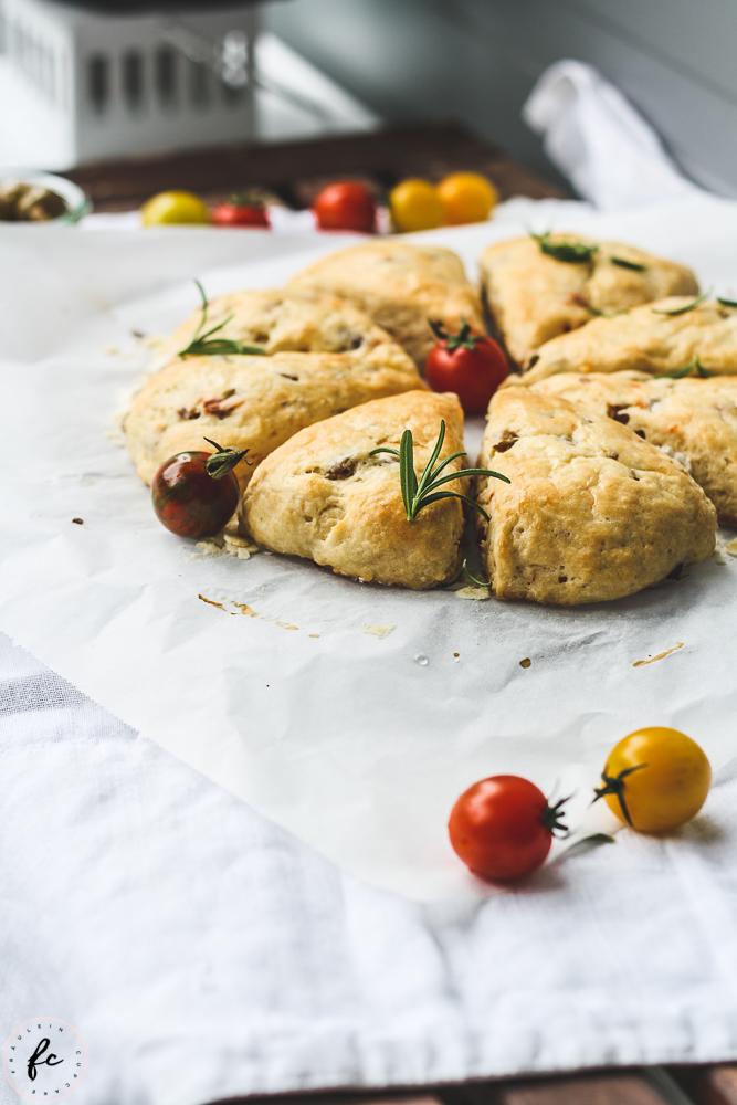 Scones mit Oliven und getrockneten Tomaten-7