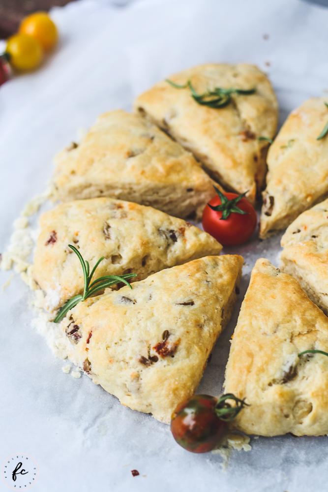 Scones mit Oliven und getrockneten Tomaten-8